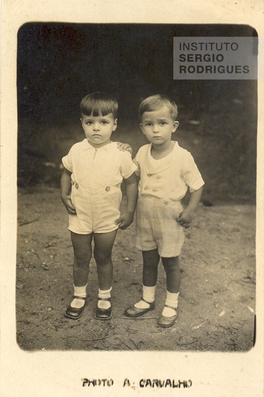 From left to right, Sergio Rodrigues, at age five, next to his cousin Cândido Mendes, in Rio de Janeiro, in 1933.