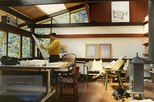 Sergio Rodrigues in his studio at Xikilin, a house designed using the industrialized architecture SR2 System made out of wood, Rocio - Petrópolis, 1983.